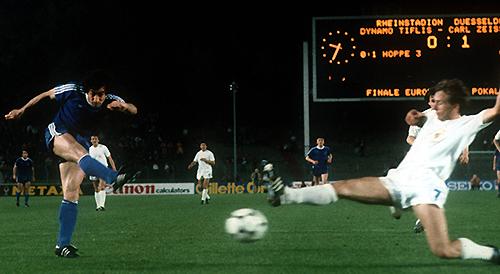 Vladimir Guzajev li Dynamo Tiflis zieht ab und erzielt das 1 1 somit ist die Jenenser 1 0 Führu